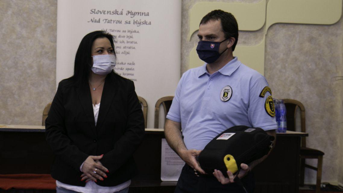 Handlovskí mestskí policajti majú nový defibrilátor vďaka poslancom