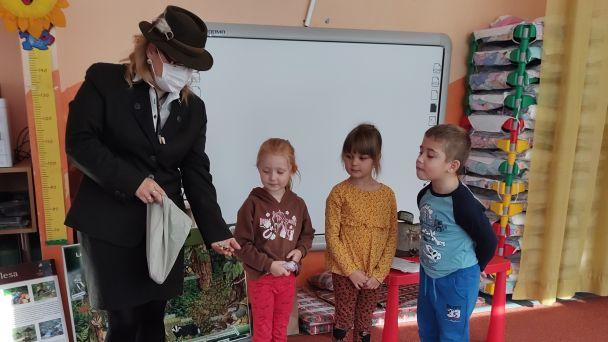 Škôlkari sa začali oboznamovať s lesom